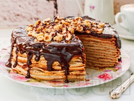 Палачинкова торта с крем от крема сирене, сметана и какао с шоколадова глазура и лешници - снимка на рецептата
